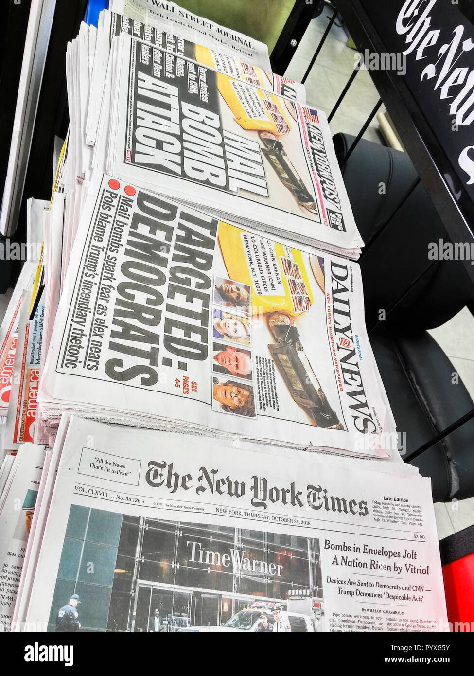 Headlines of New York newspapers on Thursday, October 25, 2018 report on the makeshift pipe bombs that were mailed to various prominent Democrats. (© Richard B. Levine) - Stock Image