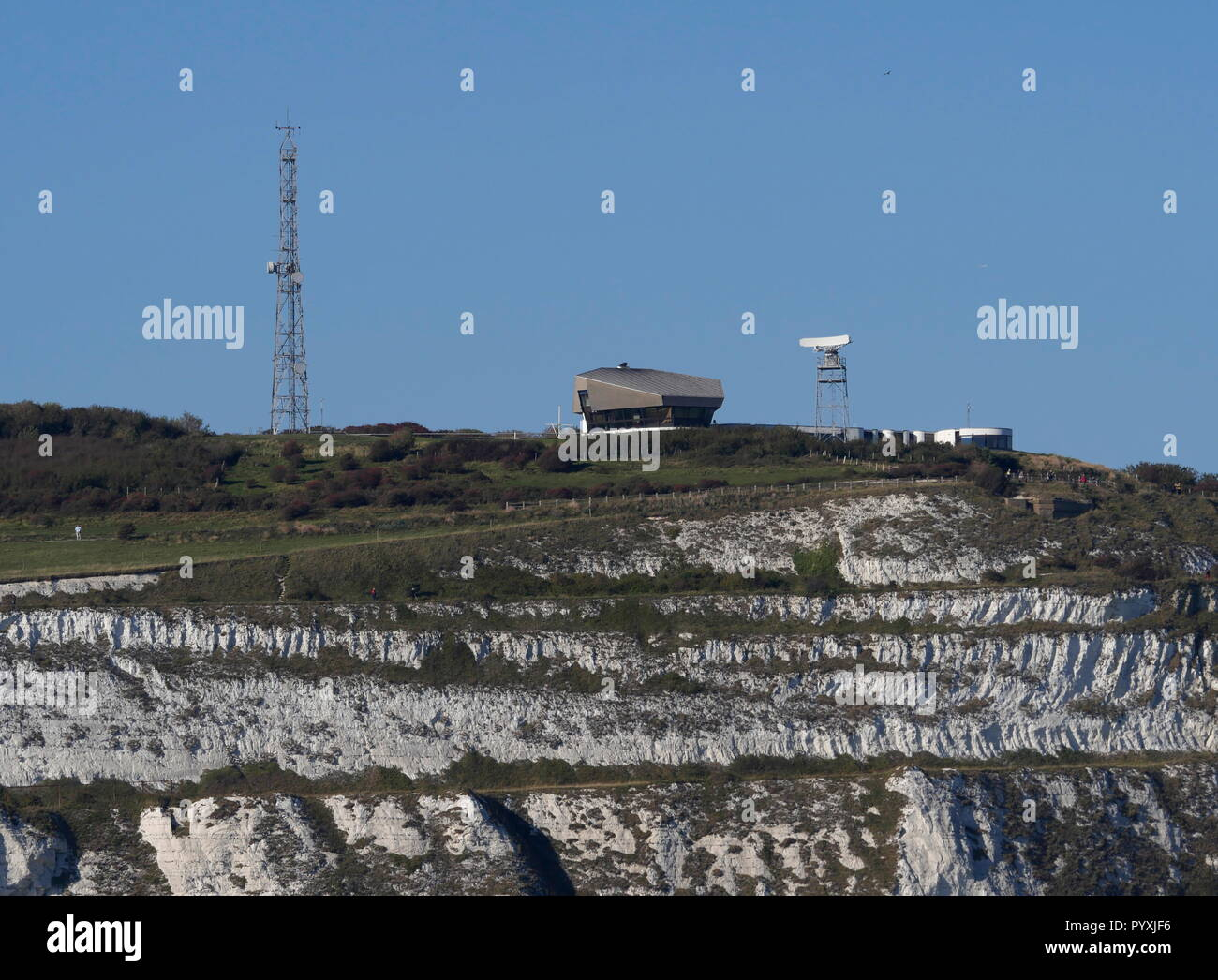 AJAXNETPHOTO. 2018. DOVER, ENGLAND. - CLIFF TOP LOOK-OUT - MCA HM COASTGUARD STATION AT LANGDON BATTERY ON TH CLIFF TOPS AT DOVER OVERLOOKING THE ENGLISH CHANNEL. PHOTO:JONATHAN EASTLAND/AJAX REF:GX8_180910_904 - Stock Image