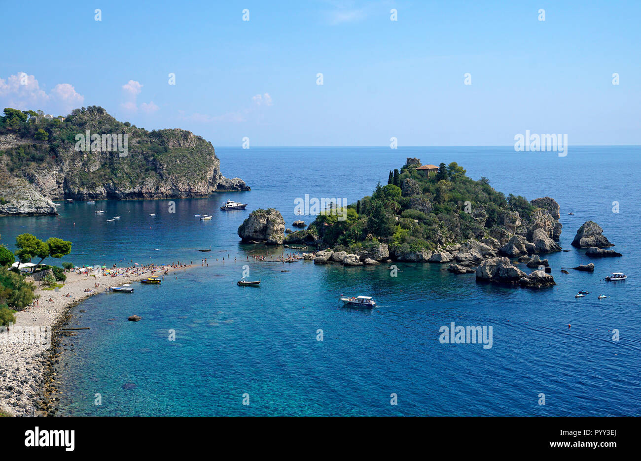The island of Isola Bella is connected by a sandbank to the beach of Mazzarò, Taormina, Sicily, Italy - Stock Image