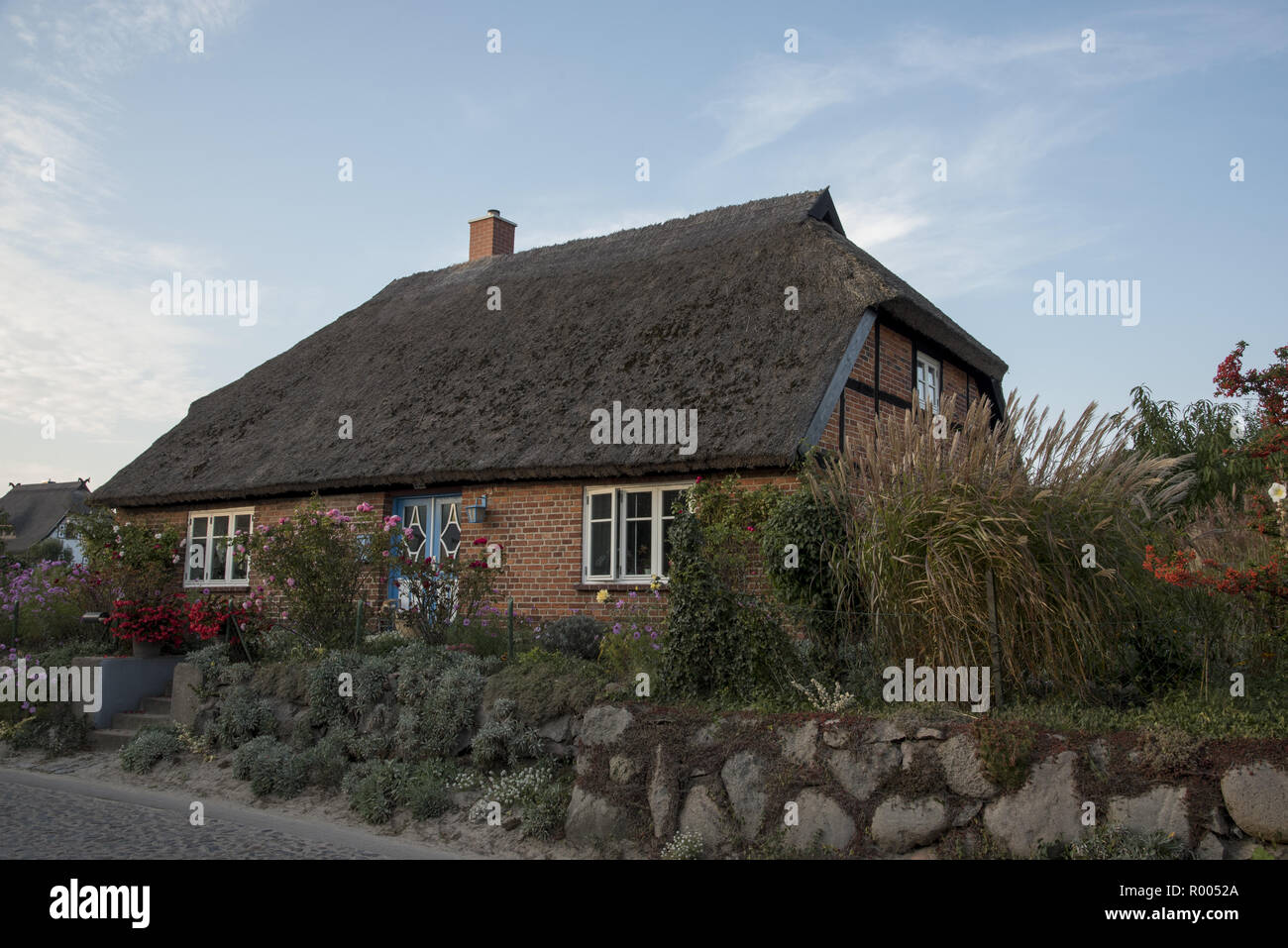 Thatch-roof house in Groß Zicker in southeastern part of Ruegen Island in the Baltic Sea in Northeastern Germany.  Ein mit Reet gedecktes Haus in Groß Stock Photo