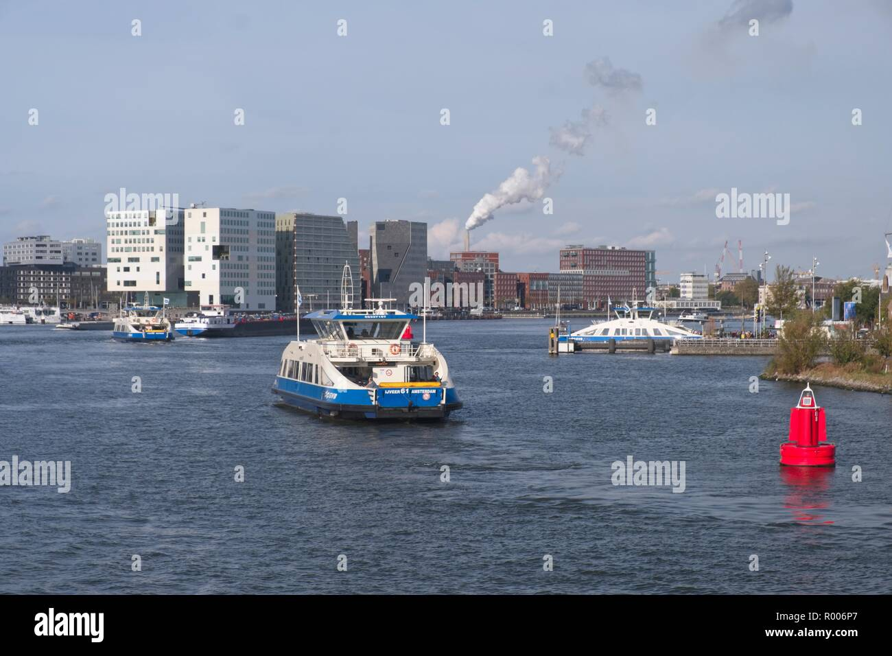 PASSENGER FERRY BETWEEN THE NORTH AND SOUTH BANKS OF THE IJ AMSTERDAM THE NETHERLANDS - Stock Image