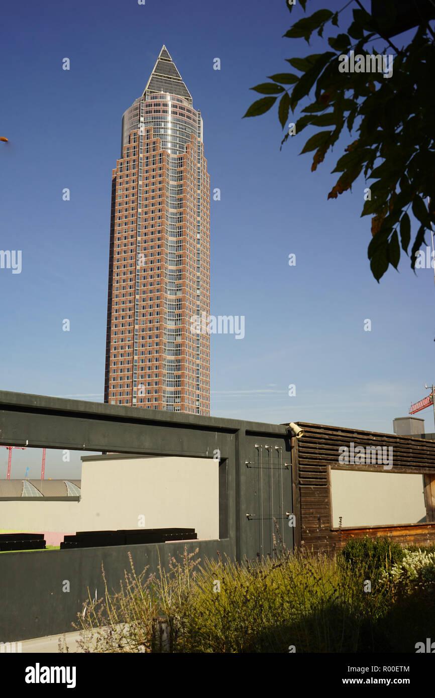 Blick auf den Messeturm vom Skyline Garden, Skyline Plaza, Europaviertel, Frankfurt am Main Stock Photo