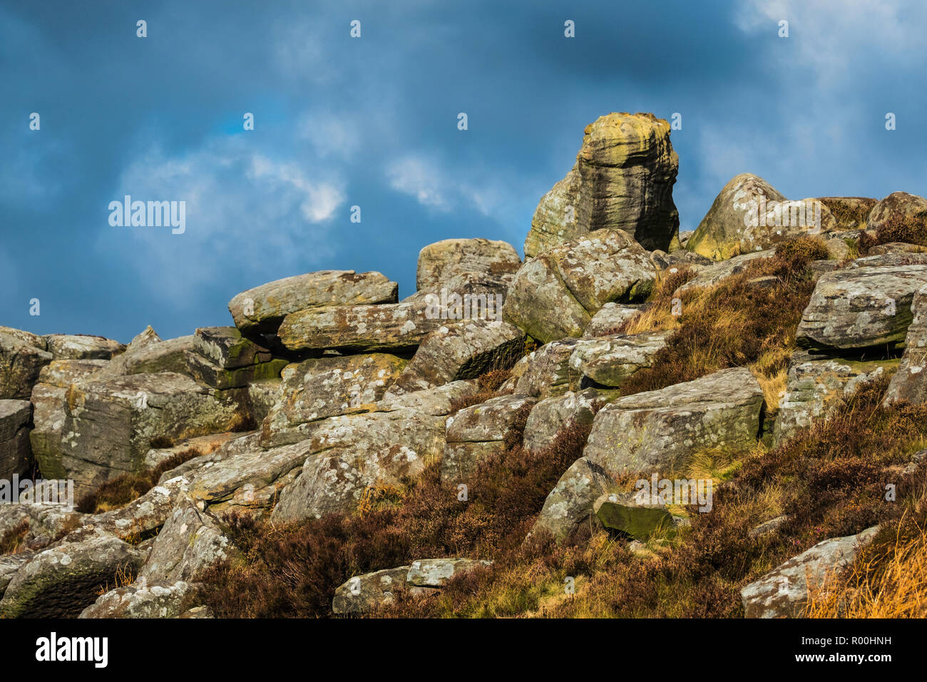 Large boulder line the gritstone edge at Curbar. - Stock Image
