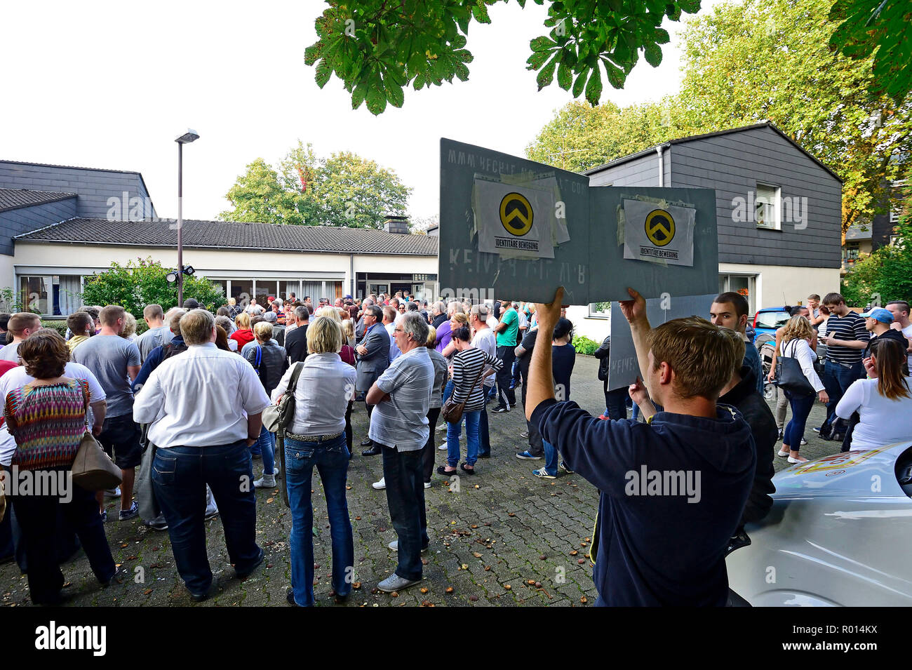 Germany, North Rhine-Westphalia - information event on refugees, including protesting supporters of the Identity Movement - Stock Image