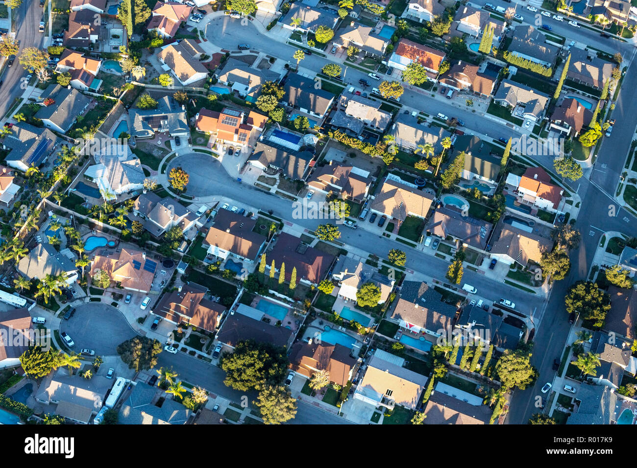 Late afternoon aerial view of modern suburban cul-de-sac streets and homes near Los Angeles in Simi Valley, California. - Stock Image