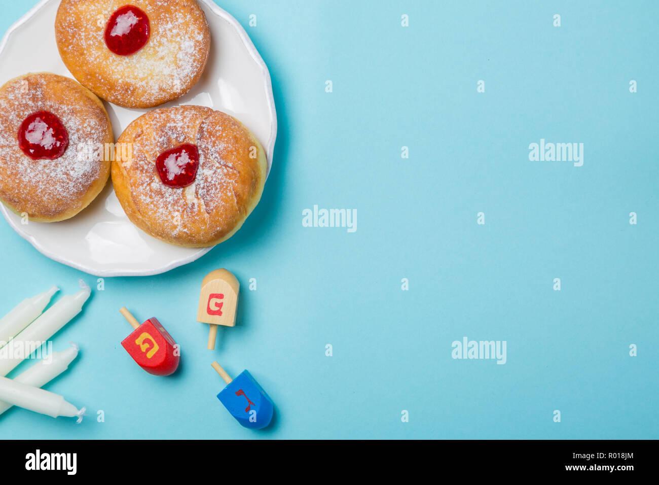 Symbols of hanukkah on blue background - Stock Image