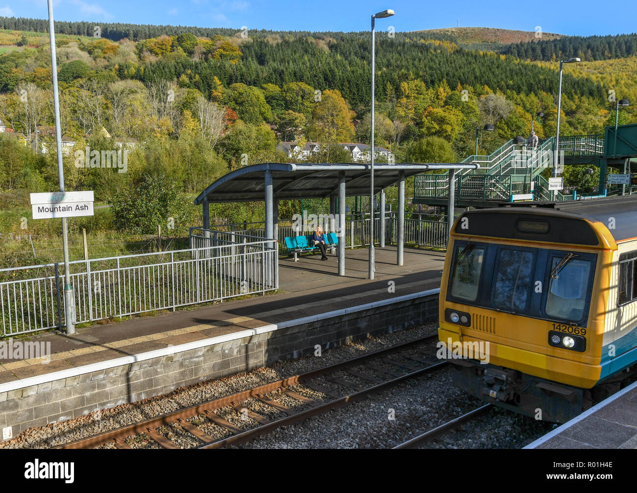 MOUNTAIN ASH, WALES - OCTOBER 2018: Diesel commuter train at the platform on Mountain Ash railway station. - Stock Image