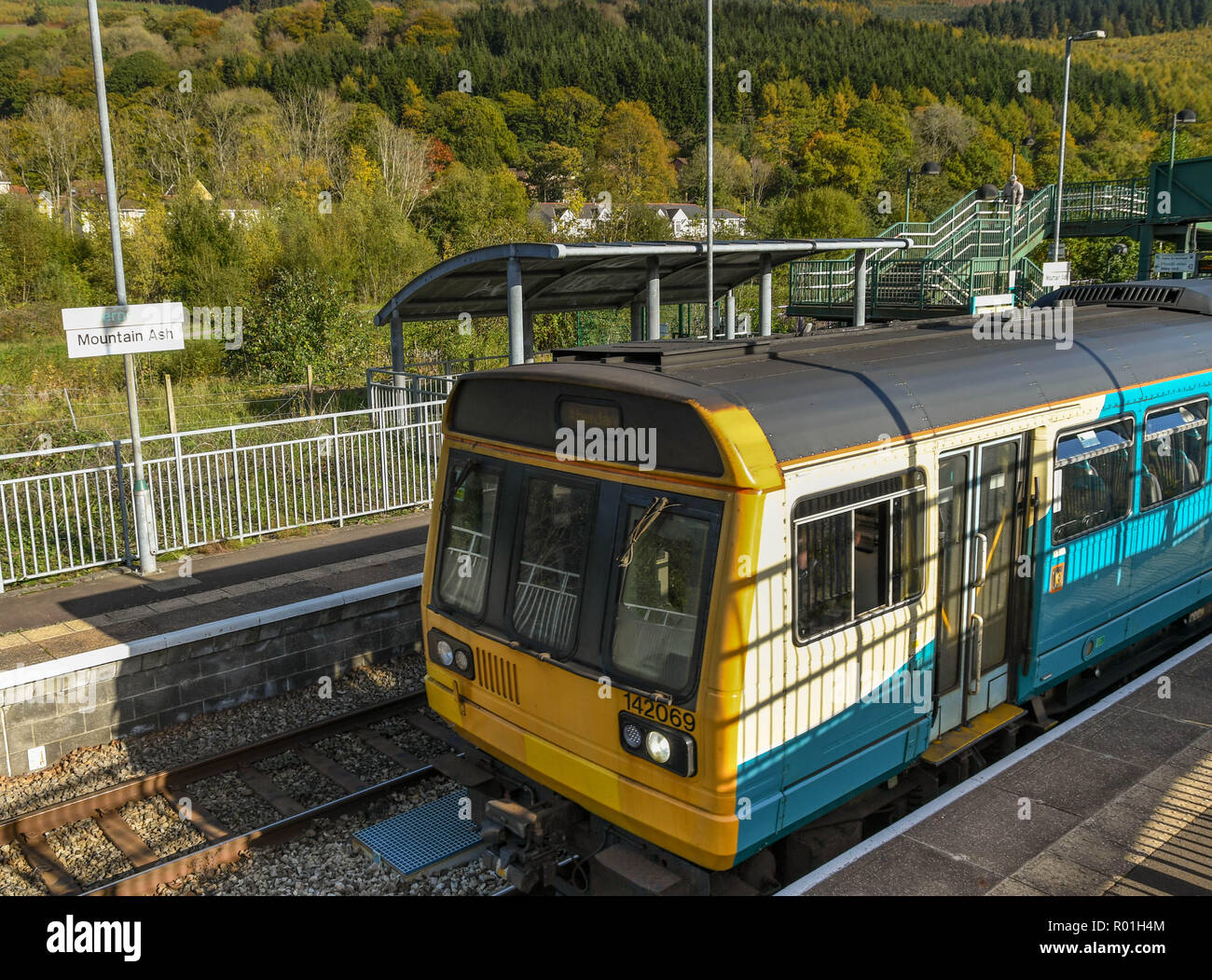 MOUNTAIN ASH, WALES - OCTOBER 2018: Diesel commuter train departing Mountain Ash railway station. - Stock Image