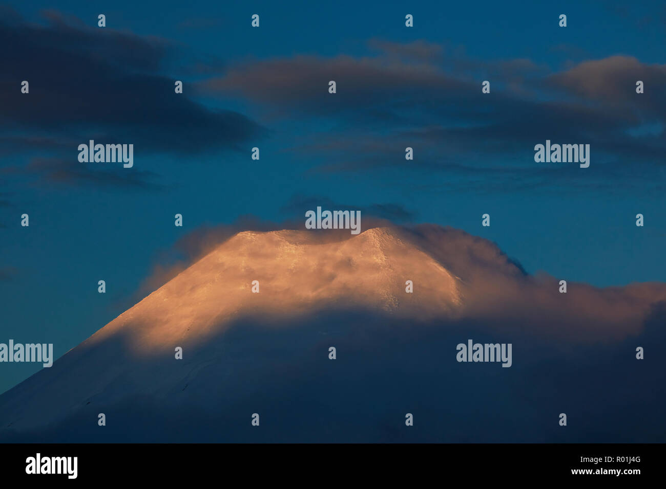 Sunset on Mt Ngauruhoe, Tongariro National Park, Central Plateau, North Island, New Zealand - Stock Image