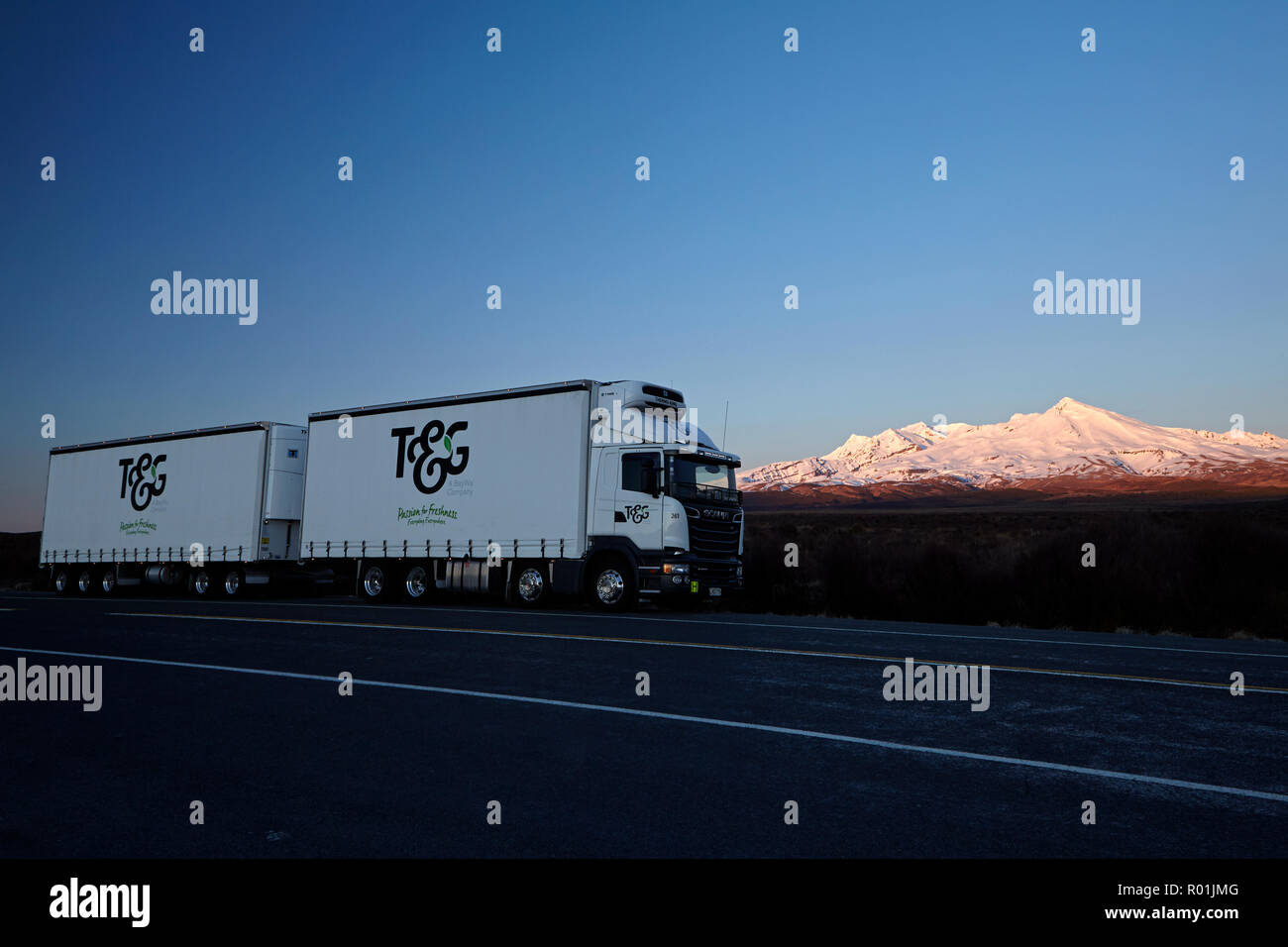 Truck and early light on Mt Ruapehu, Tongariro National Park, Central Plateau, North Island, New Zealand - Stock Image