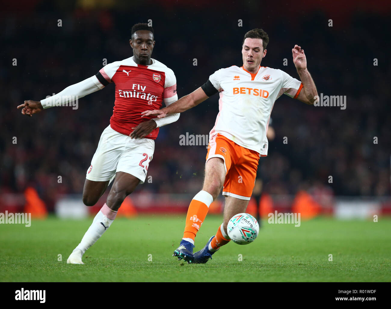 London, UK, 31 October, 2018 Danny Welbeck of Arsenal and Blackpool's Paudie O'Connor during EFL Cup Fourth Round  between Arsenal and Blackpool at Emirates stadium , London, England on 31 Oct 2018.  Credit Action Foto Sport/Alamy Live News Stock Photo