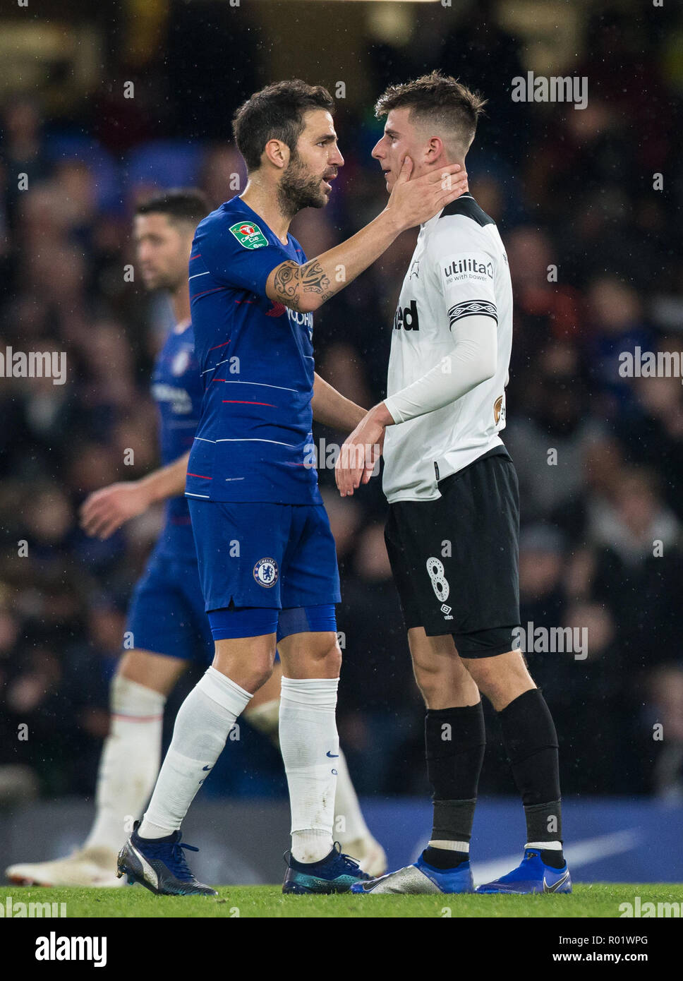 London, UK. 31st October, 2018. Mason MOUNT (on loan from Chelsea) of Derby County & Cesc Fˆbregas of Chelsea at full time during the Carabao Cup round of 16 match between Chelsea and Derby County at Stamford Bridge, London, England on 31 October 2018. Photo by Andy Rowland../Alamy Live News  - Stock Image