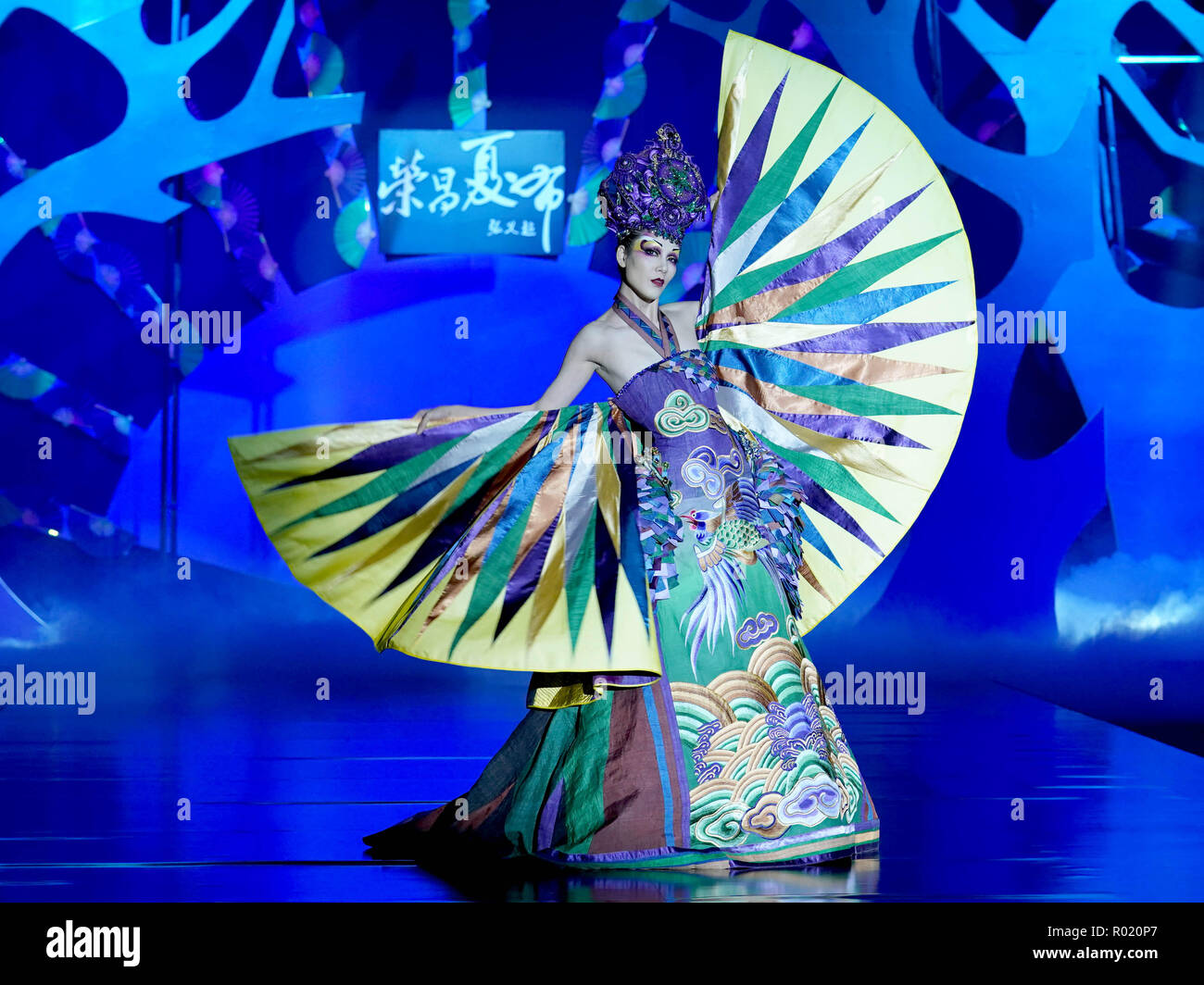 Beijing, China. 31st Oct, 2018. A model presents a creation by designer Zhang Yichao during the China Fashion Week held in Beijing, capital of China, Oct. 31, 2018. Credit: Chen Jianli/Xinhua/Alamy Live News - Stock Image