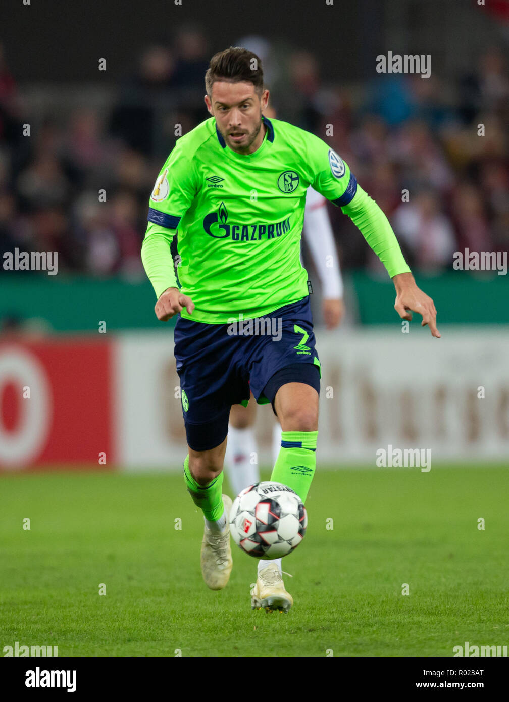 Cologne, Germany October 31 2018, DFB Pokal, FC Koeln - FC Schalke 04: Mark Uth (S04) in action.                  Credit: Juergen Schwarz/Alamy Live News    DFB REGULATIONS PROHIBIT ANY USE OF PHOTOGRAPHS AS IMAGE SEQUENCES AND/OR QUASI-VIDEO Credit: Juergen Schwarz/Alamy Live News - Stock Image