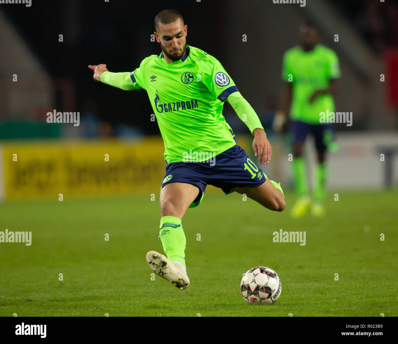 Cologne, Germany October 31 2018, DFB Pokal, FC Koeln - FC Schalke 04: Nabil Bentaleb (S04) in action.                 Credit: Juergen Schwarz/Alamy Live News    DFB REGULATIONS PROHIBIT ANY USE OF PHOTOGRAPHS AS IMAGE SEQUENCES AND/OR QUASI-VIDEO Credit: Juergen Schwarz/Alamy Live News - Stock Image