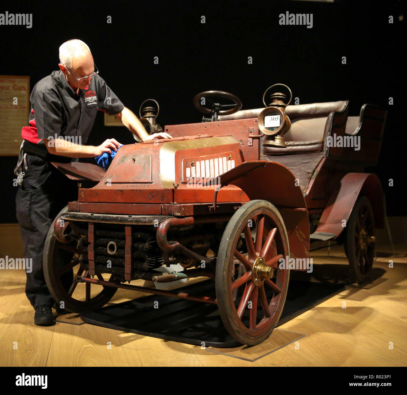 Bonhams, London, UK 1 Nov 2018 - A workman polishes 1904 Cadillac Model A 6½HP rear-entrance Tonneau (est £ 65,000 - 75,000) Veteran motor cars on display at Bonhams before setting off to take part in the oldest motoring event in the world, The London to Brighton Run on Sunday 4 November.  Credit: Dinendra Haria/Alamy Live News - Stock Image