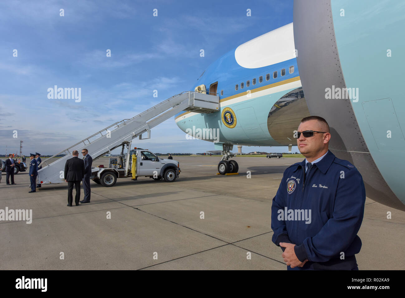 Master Sgt. Ben Norton, of the 89th Presidential Airlift Group stationed at Joint Base Andrews, stands guard in front of Air Force One at the 171st Air Refueling Wing near Pittsburgh, Oct. 30, 2018. President Donald Trump traveled to Pittsburgh after a deadly anti-semitic attack occurred on Oct. 27, 2018. (U.S. Air National Guard photo by Staff Sgt. Bryan Hoover) Stock Photo