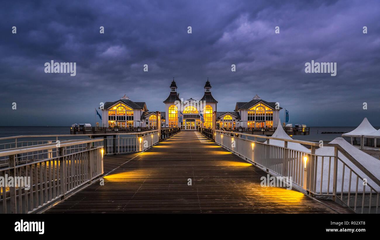 Sellin Pier after nightfall, Island of Rügen, Germany | Seebrücke Sellin bei Einbruch der Nacht, Insel Rügen - Stock Image
