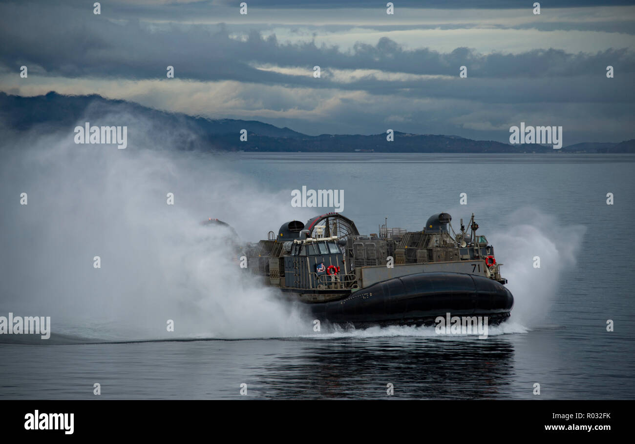 181031-N-JS726-0784    NORWEGIAN SEA (Oct. 31, 2018) A landing craft, air cushion, attached to Assault Craft Unit 4, conducts ship-to-shore operations in the Alvund Fjord with the Wasp-class amphibious assault ship USS Iwo Jima (LHD 7) during Trident Juncture 2018, Oct. 31, 2018. Trident Juncture 2018 is a NATO-led exercise designed to certify NATO response forces and develop interoperability among participating NATO Allies and partner nations. (U.S. Navy photo by Chief Mass Communication Specialist David Holmes/Released) Stock Photo