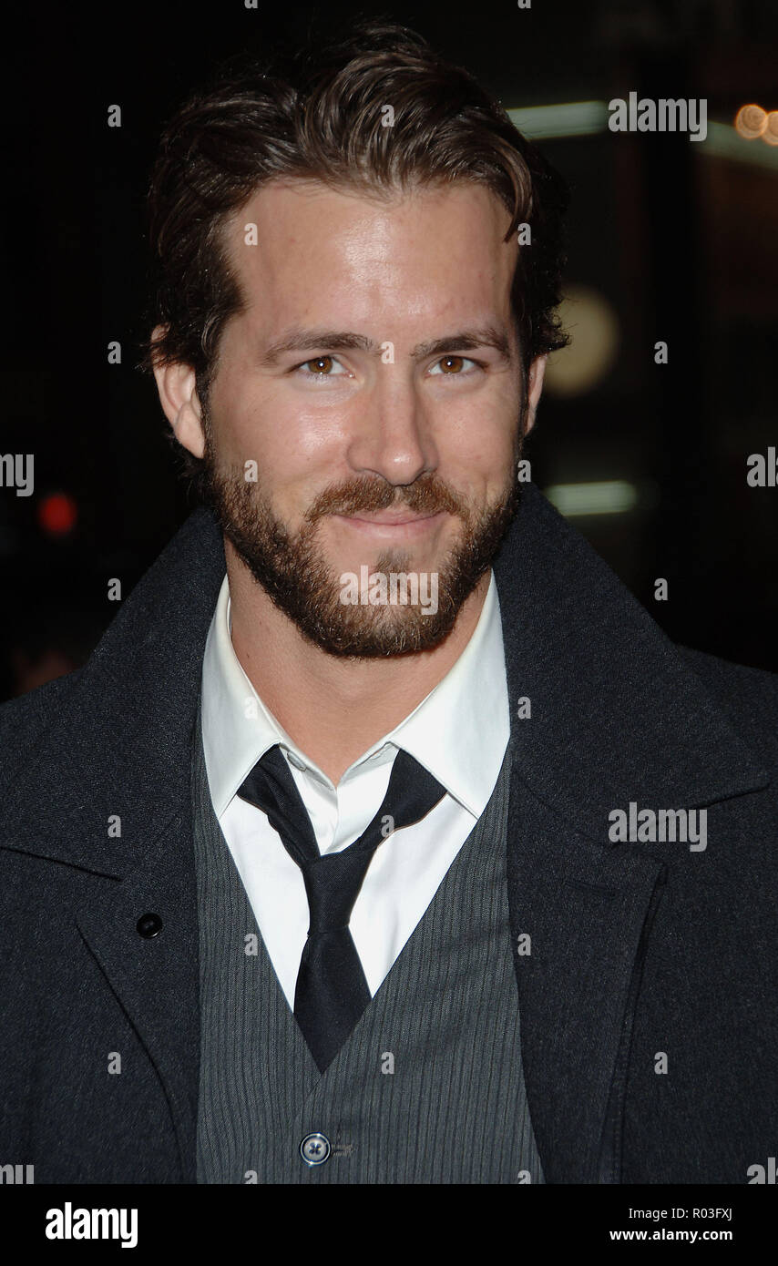 Ryan Reynolds arriving at the Smokin' Aces at the Chinese Theatre In Los Angeles. January 18, 2007.  eye contact smile portrait headshot ReynoldsRyan025 Red Carpet Event, Vertical, USA, Film Industry, Celebrities,  Photography, Bestof, Arts Culture and Entertainment, Topix Celebrities fashion /  Vertical, Best of, Event in Hollywood Life - California,  Red Carpet and backstage, USA, Film Industry, Celebrities,  movie celebrities, TV celebrities, Music celebrities, Photography, Bestof, Arts Culture and Entertainment,  Topix, headshot, vertical, one person,, from the year , 2007, inquiry tsuni@G - Stock Image