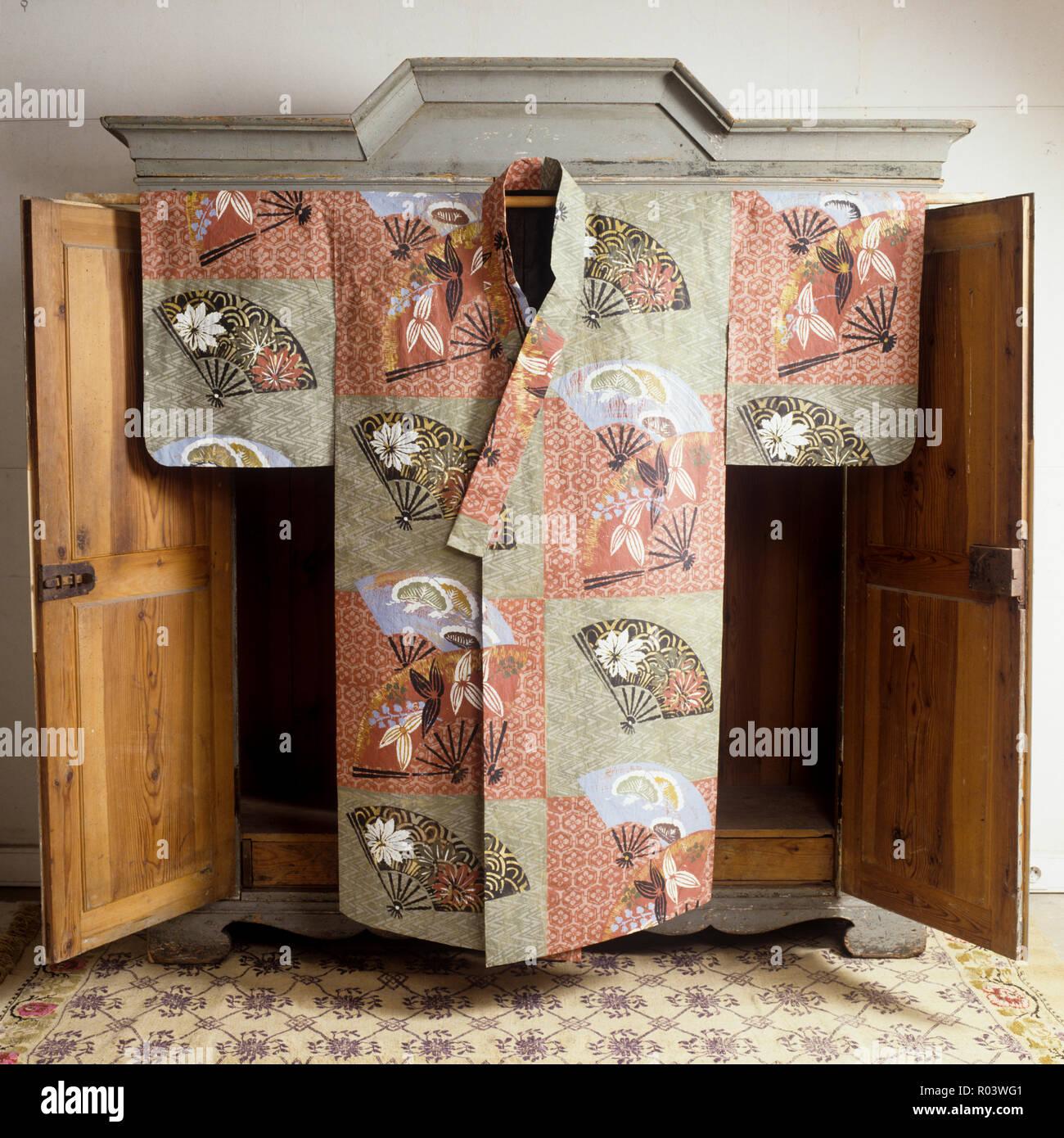 Oriental paper robe by Isabelle de Borchgrave - Stock Image