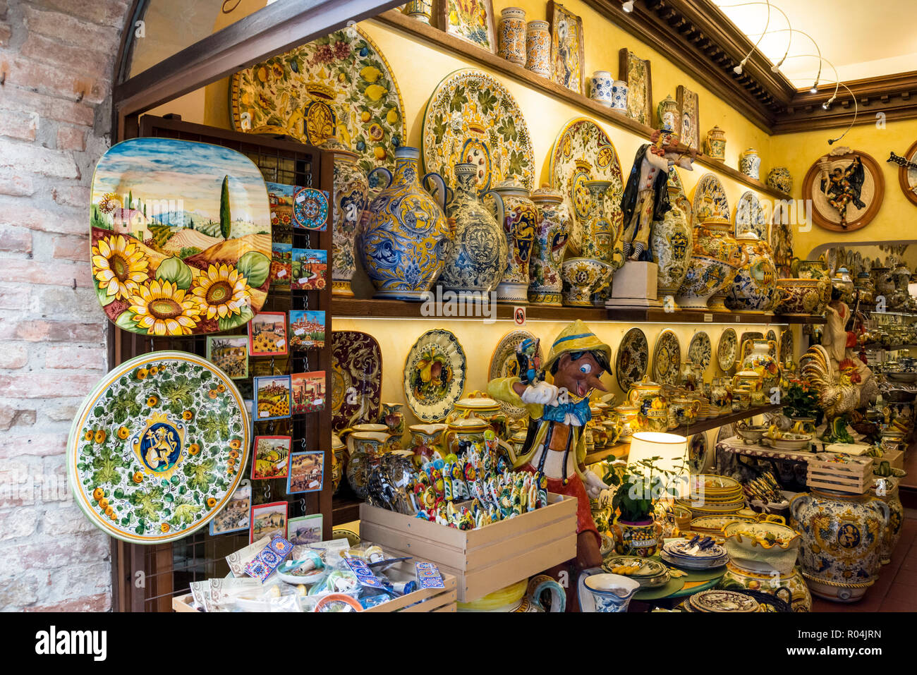 Variety of ceramic artefacts on display in a souvenir shop, hilltop town of San Gimignano, Tuscany, Italy - Stock Image