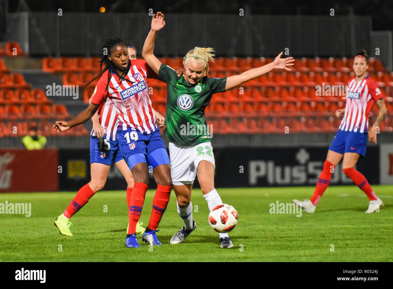 Madrid, Spain. 31st October, 2018.  Players #19 Aissatou TOUNKARA (DF) from ATM and #22 Pernille HARDER (FW) from Wolfsburg fight for the possession of the ball. UEFA Women's Champions League. Round of 16 , 2nd leg. Match between Atlético de Madrid 0 vs 6 Wolfsburg in Madrid, Spain.  Pedro Ros Sogorb/Alamy Live News - Stock Image