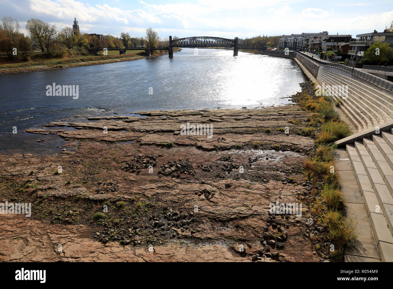 Magdeburg, Germany. 31st Oct, 2018. Despite the last rainy days, the Magdeburger Domfelsen shows its full extent. This year the Elbe River has its lowest water level for over 80 years and a navigation is still not feasible. Credit: Peter Gercke/dpa-Zentralbild/ZB/dpa/Alamy Live News Stock Photo