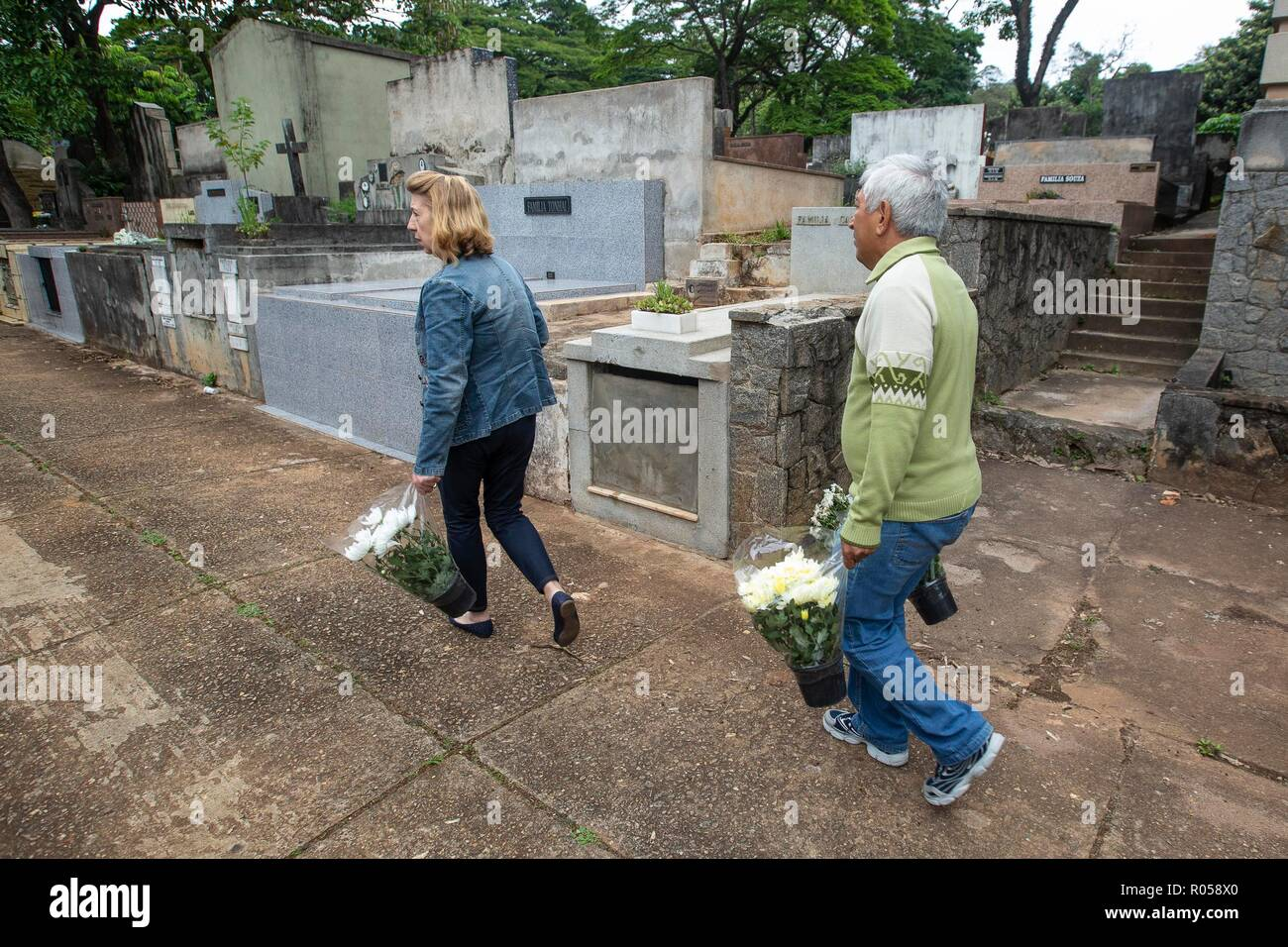 Sao Paulo, Brazil. 2nd Nov 2018. SP - Sao Paulo - 02/11/2018 - Day of the Finished Sao Paulo - Movement in the Cemiterio do Araca in Sao Paulo on the morning of this day 2 of November day of the deceased Photo: Suamy Beydoun / AGIF Credit: AGIF/Alamy Live News Stock Photo