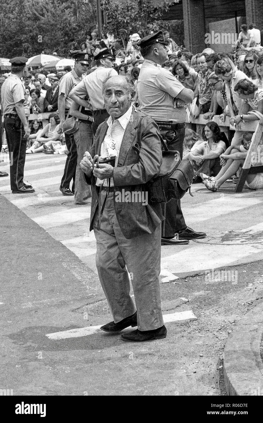 Alfred Eisenstadt, one of the first Life photographers still shooting photos in 1976 at the Bicentenial celebration in Philadelphia, Pennsylvania. - Stock Image
