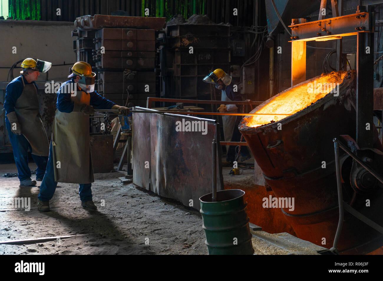 Trabajo en fundicion - Work in foundry - Stock Image