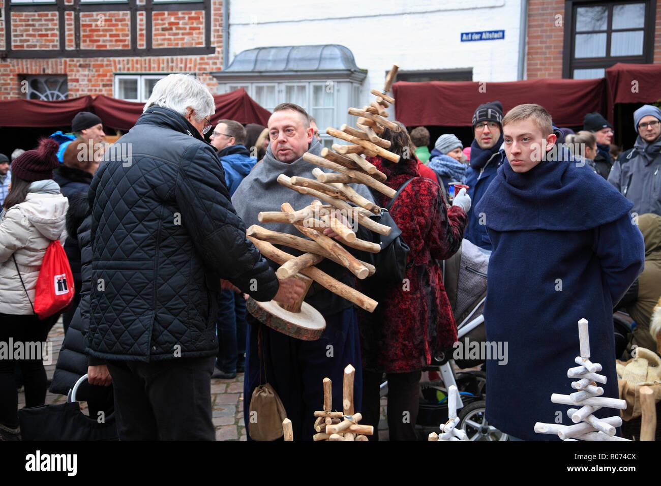 Christmas market in the old town of Lüneburg, Lueneburg, Weihnachtsmarkt in der Altstadt, Verkaufsstand, Lower Saxony, Germany, Europe - Stock Image