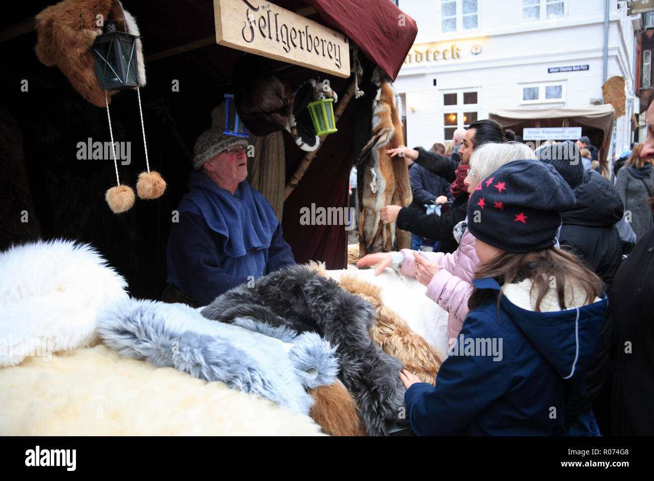 Christmas market in the old town of Lüneburg, Lueneburg, Weihnachtsmarkt in der Altstadt, Verkaufsstand, Lower Saxony, Germany, Europe Stock Photo