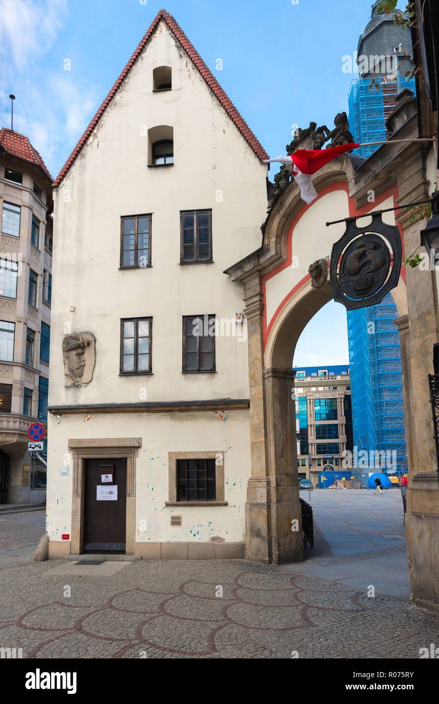 View of the 'Hansel' house, one of two buildings in the corner of Wroclaw Market Square (Rynek) known as the Hansel & Gretel Houses, Wroclaw, Poland. Stock Photo