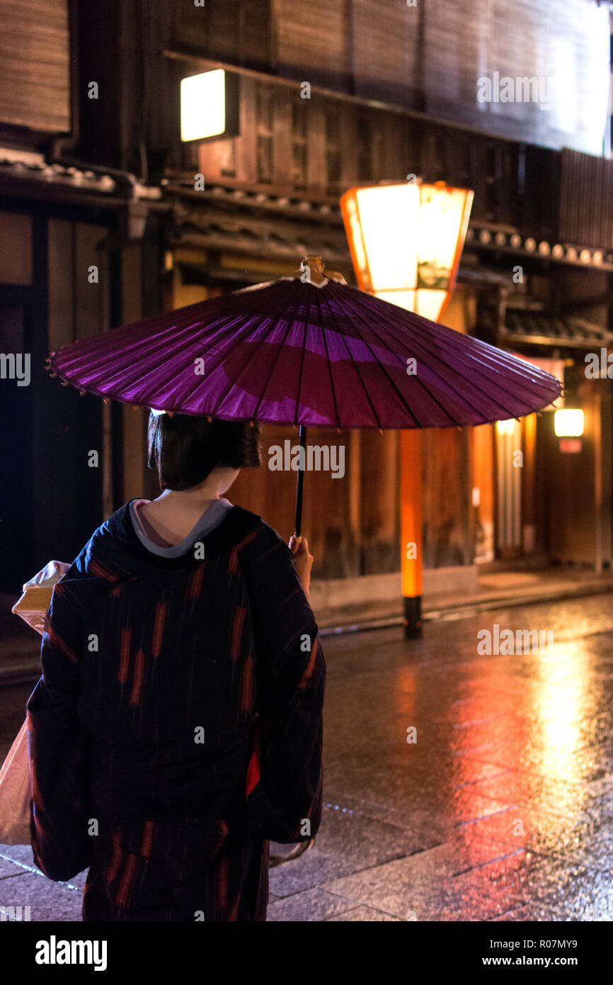 heading home in the rain - Stock Image