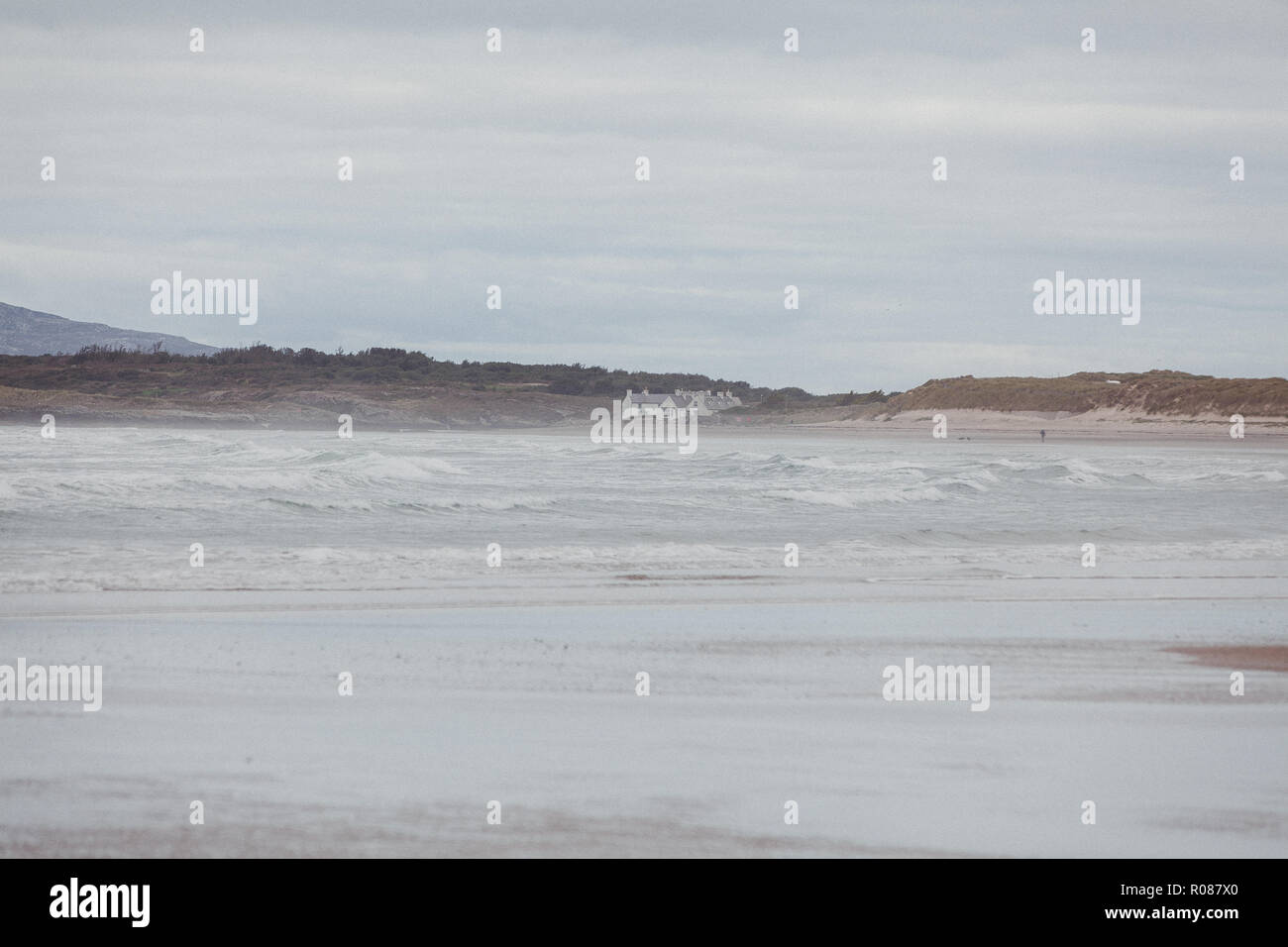 Houses perched on coast of Anglesey, at Rhoscolyn, from Cymyran beach, rhosneigr, near Valley, North Wales, UK - Stock Image
