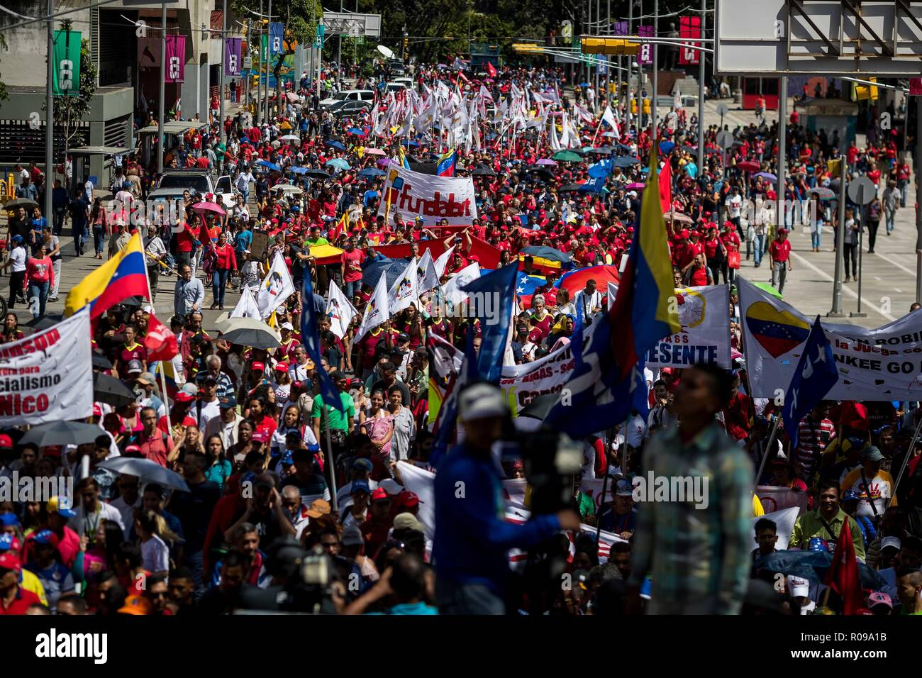 Caracas, Venezuela. 02nd Nov, 2018. Sympathizers of Nicolas Madro's Government participate in a march against imperialism and in honor of Venezuelan folk singer Ali Primera, in Caracas, Venezuela, 02 November 2018. Credit: Miguel Gutierrez/EFE/Alamy Live News - Stock Image
