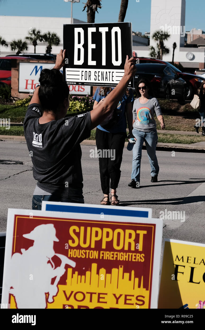 Texas, USA. 02nd Nov, 2018. A Volunteer Holding Beto For Senate Sign Outside Voting Station in Texas Credit: michelmond/Alamy Live News Credit: michelmond/Alamy Live News - Stock Image