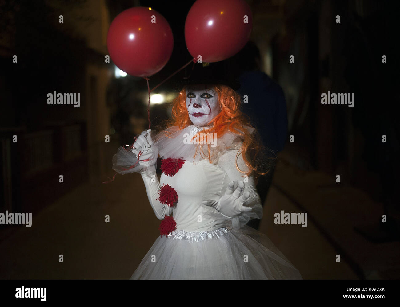 Malaga, Spain. 2nd Nov, 2018. A woman dressed up as 'Pennywise' takes part in the IV edition of ''Churriana Noche del Terror'' (Churriana Horror Night) to celebrates the Halloween night in the neighborhood of Churriana. For this occasion, the neighborhood of Churriana decided to move the event to this night because of rainy forecast during the night of 31 october, the Hallowen Day. Credit: Jesus Merida/SOPA Images/ZUMA Wire/Alamy Live News - Stock Image