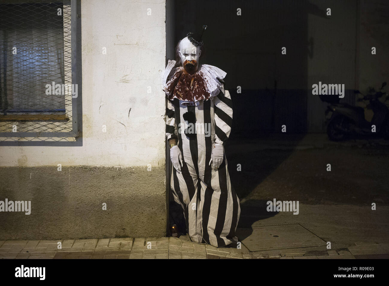 Malaga, Spain. 2nd Nov, 2018. A man dressed up as Pennywise takes part in the IV edition of ''Churriana Noche del Terror'' (Churriana Horror Night) to celebrates the Halloween night in the neighborhood of Churriana. For this occasion, the neighborhood of Churriana decided to move the event to this night because of rainy forecast during the night of 31 october, the Hallowen Day. Credit: Jesus Merida/SOPA Images/ZUMA Wire/Alamy Live News - Stock Image