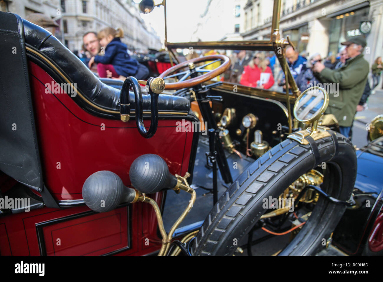 London, UK. 3 November 2018.  Bonhams London to Brighton Veteran Car Run 2018 this year the celebration will be  be  the 122nd anniversary of the original Emancipation Run of 1896 which celebrated the passing into law the Locomotives on the Highway Act so raising the speed limit for 'light automobiles' from 4 mph to 14 mph and abolishing the need for a man to walk in front of all vehicles waving a red flag.@Paul Quezada-Neiman/Alamy Live News - Stock Image