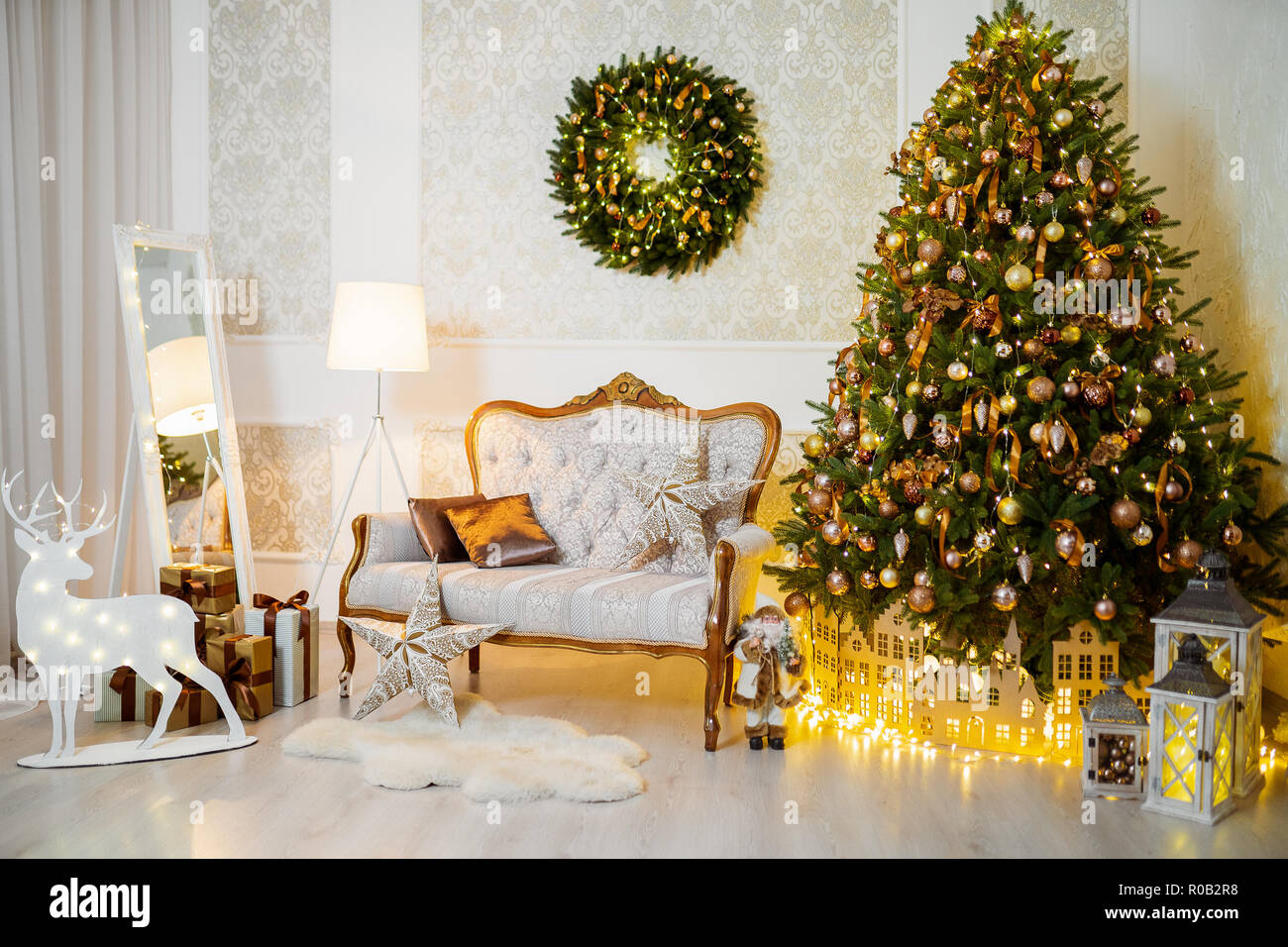Christmas Decoration Indoors.White And Gold Lovely Christmas Decorations Horizontal