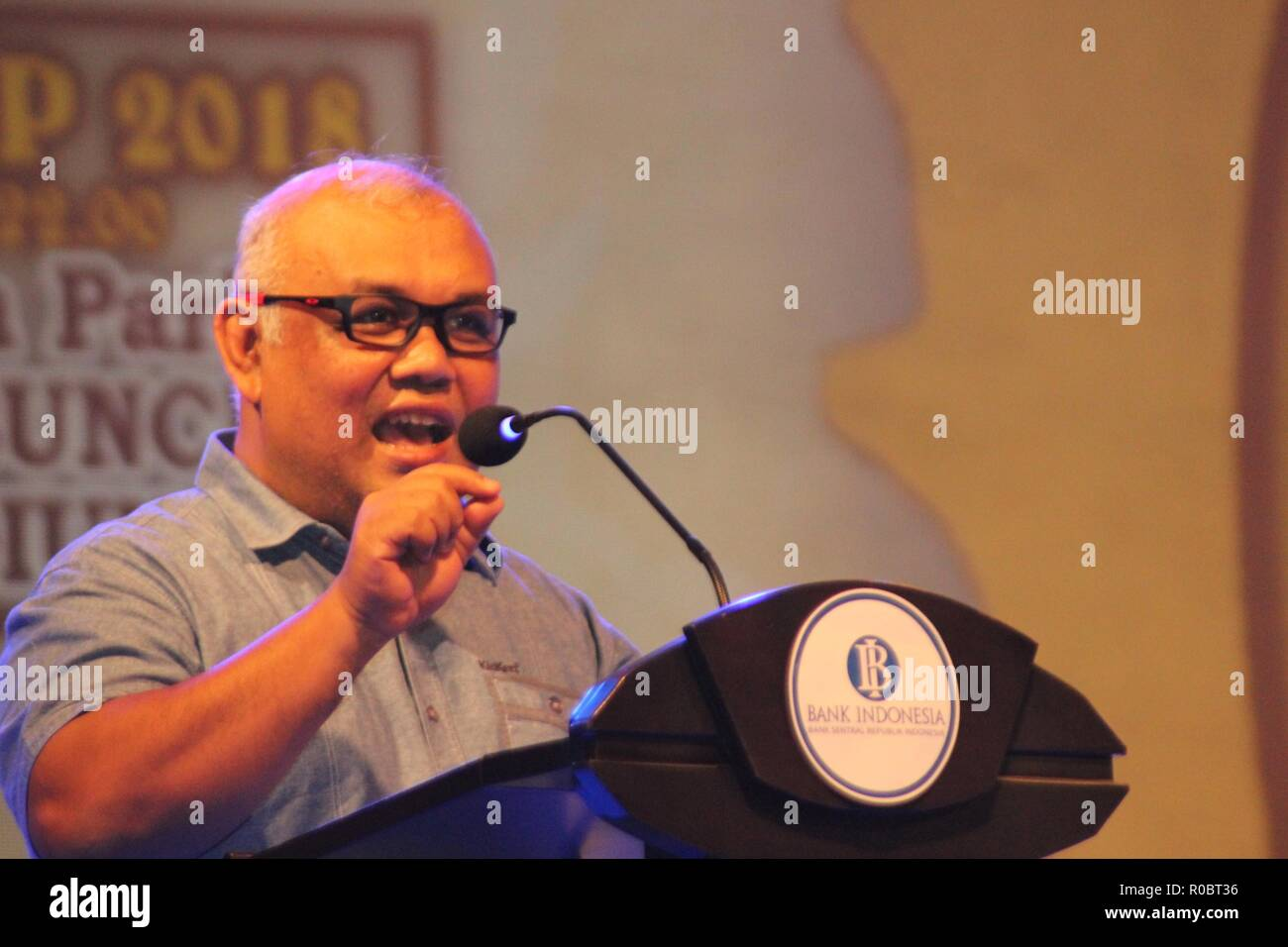 Madiun, Indonesia. 02nd Nov, 2018. Djoko Raharto, Head of Bank Indonesia Kediri Representative delivered his remarks during the night of the People's Coffee Party which was held in the parking lot of one of the hotels in Madiun City Credit: Ajun Ally/Pacific Press/Alamy Live News - Stock Image