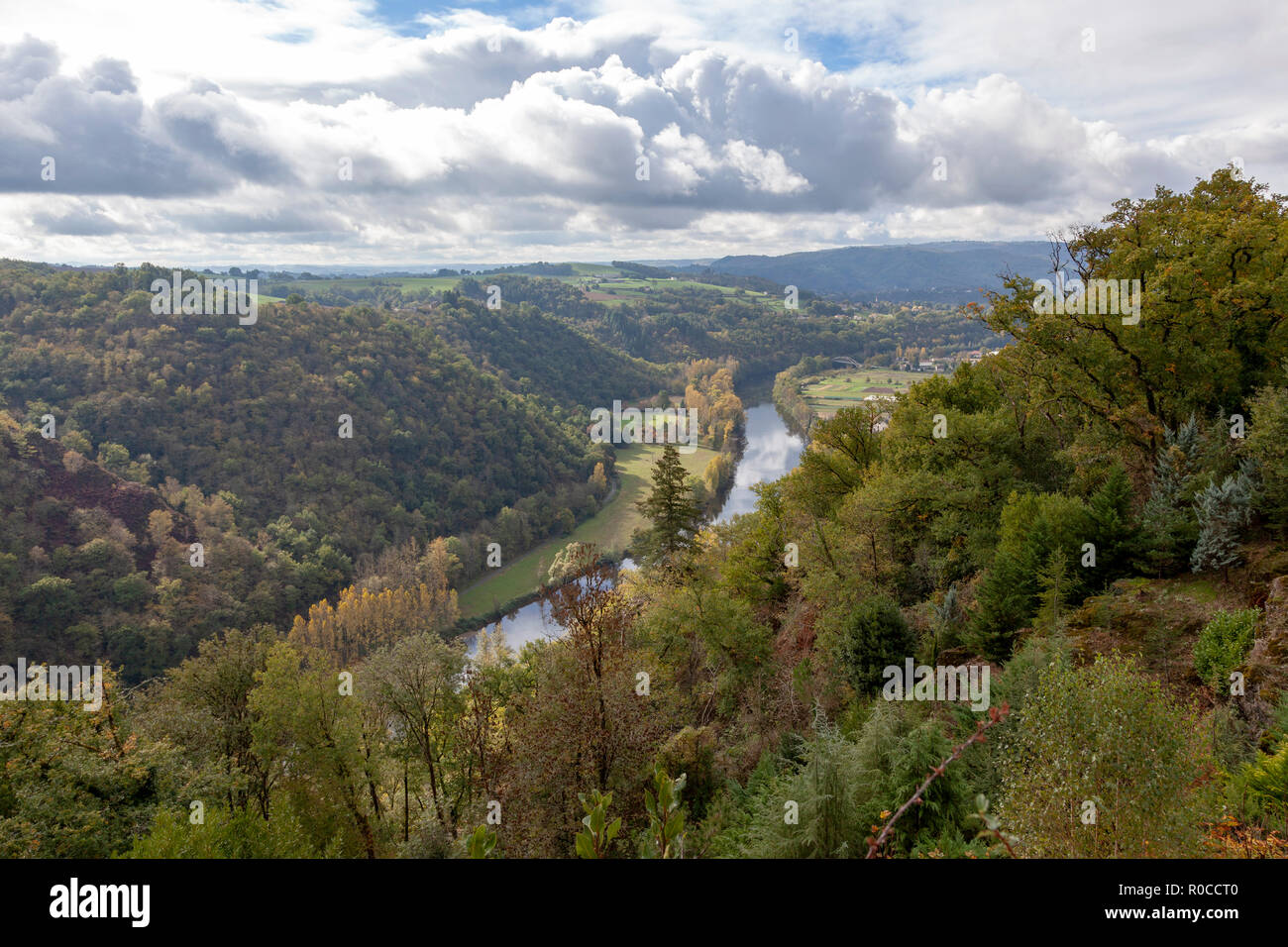 """The valley of the Lot river, in Autumn (France). Near the """"Port d'Agrès"""", the Lot -  tributary of the Garonne river - flows peacefully towards West. Stock Photo"""