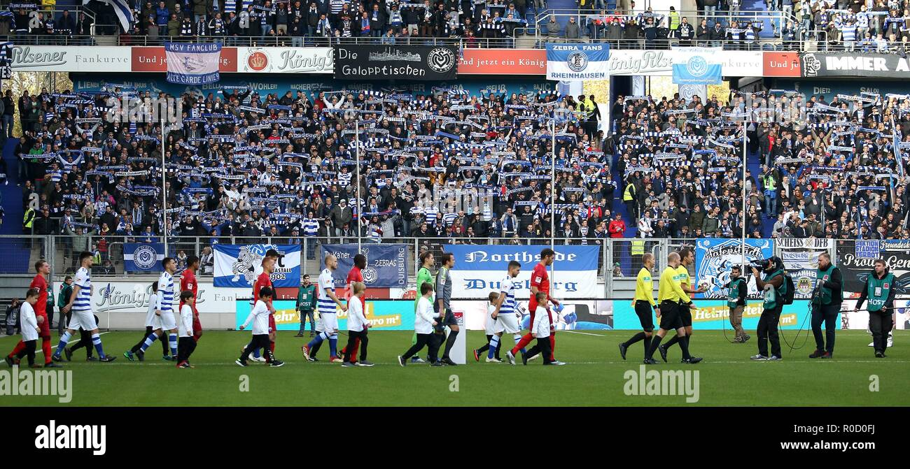 firo: 03.11.2018 Football, 2. Bundesliga, season 2018/2019 MSV Duisburg - SC Paderborn 07 The teams enter the stadium. | usage worldwide - Stock Image