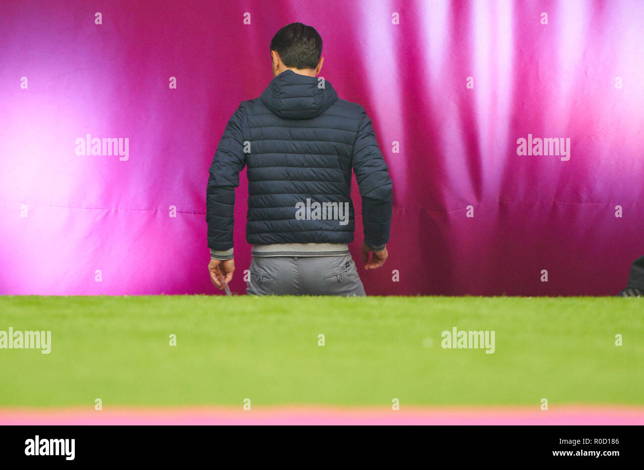 Munich, Germany. 3rd November, 2018. FC Bayern Soccer, November 03, 2018 Head coach Niko Kovac (FCB) leaves the Stadium, half-time period, break, sad, disappointed, angry, Emotions, disappointment, frustration, frustrated, sadness, desperate, despair,  FC BAYERN MUNICH - SC FREIBURG 1-1  - DFL REGULATIONS PROHIBIT ANY USE OF PHOTOGRAPHS as IMAGE SEQUENCES and/or QUASI-VIDEO -  1.German Soccer League , Munich, November 03, 2018  Season 2018/2019, matchday 10, FCB © Peter Schatz / Alamy Live News - Stock Image