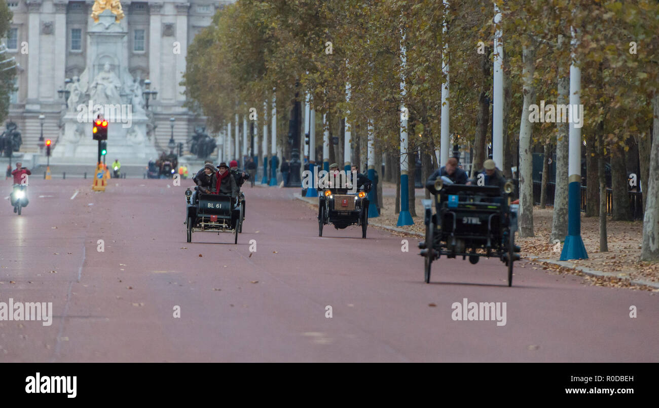 The Mall, London, UK. 4 November, 2018. Bonhams London to Brighton Veteran Car Run 2018 early entrants trundle down The Mall after the sunrise start in Hyde Park at 06.59am. The longest running motoring event in the world, with 400 veteran vehicles starting the 60 mile journey to the south coast, and the first car due to arrive at 09.59am. Credit: Malcolm Park/Alamy Live News. - Stock Image