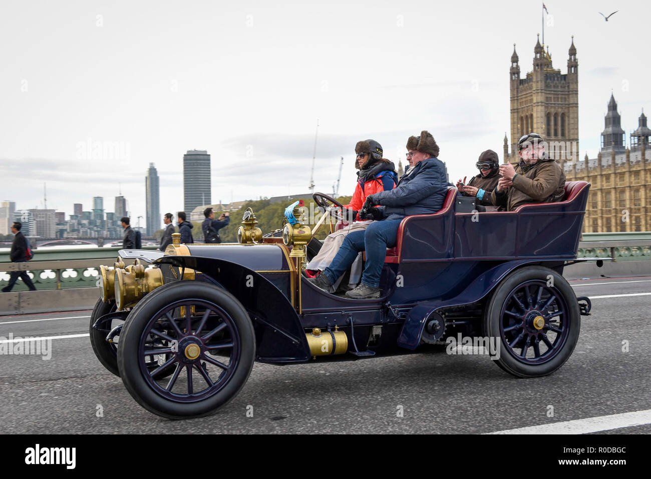 London, UK.  4 November 2018.  Participants cross Westminster Bridge en route to the coast in the 122nd Bonhams London to Brighton Veteran Car Run.  The 60 mile journey is undertaken by over 600 pre-1905 manufactured vehicles, some of which suffer frequent breakdowns.  The Run commemorates the Emancipation Run of 14 November 1896, which celebrated the Locomotives on the Highway Act, when the speed limit for 'light locomotives' was raised from 4 mph to 14 mph, abolishing the need for vehicles to be preceded by a man on foot.   Credit: Stephen Chung / Alamy Live News - Stock Image
