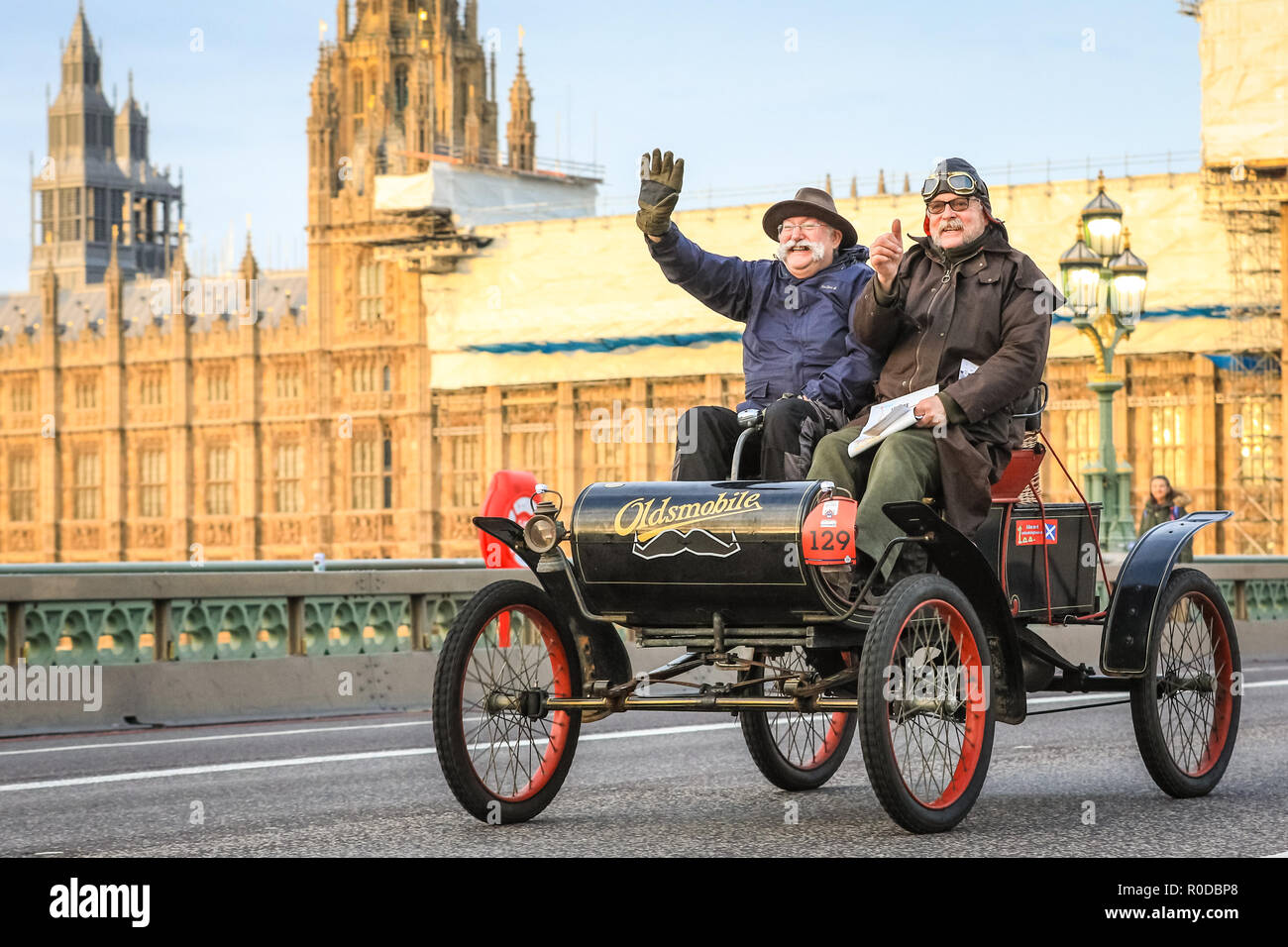 Westminster Bridge, London, UK, 4th Nov 2018. A 1902 Oldsmobile. The World's longest running motoring event, Bonhams London to Brighton Veteran Car Run, sets of from Hyde Park and along Constitution Hill by Buckingham Palace, the Mall and Admiralty Arch, then along a 60 mile route all the way to Brighton. It is this year in its 122nd anniversary run. More than 400 of the veteran cars are from the pre-1905 era. Credit: Imageplotter News and Sports/Alamy Live News - Stock Image