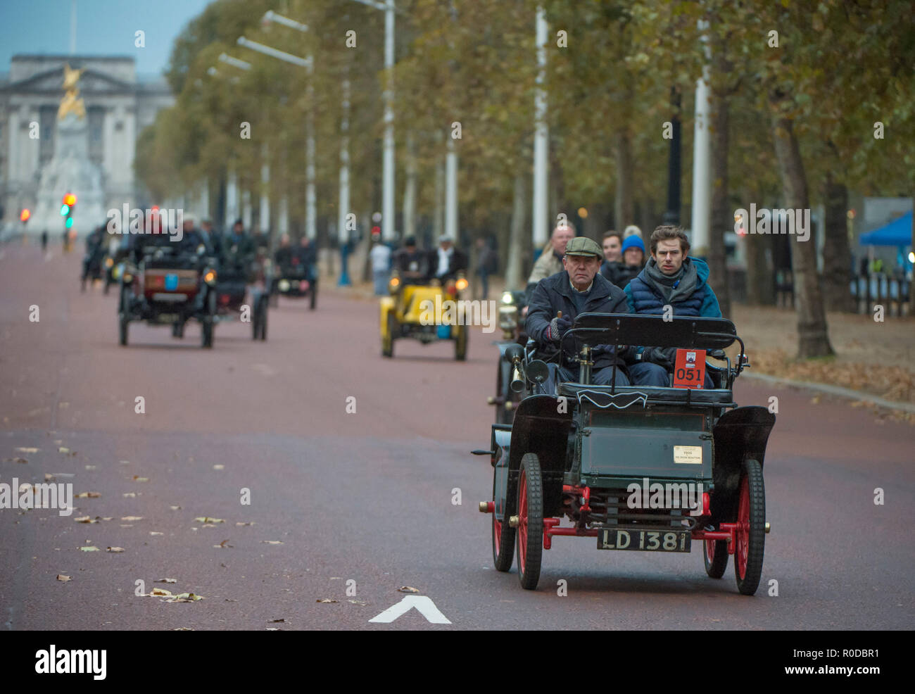 The Mall, London, UK. 4 November, 2018. Bonhams London to Brighton Veteran Car Run 2018 early entrants trundle down The Mall after the sunrise start in Hyde Park at 06.59am. The longest running motoring event in the world, with 400 veteran vehicles starting the 60 mile journey to the south coast, and the first car due to arrive at 09.59am. Credit: Malcolm Park/Alamy Live News. Stock Photo